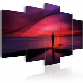 Kép Egy férfi csodálva a naplementét